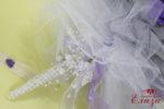 Булчински букет с лилави и бели рози за сватба с дръжка от красиви перли